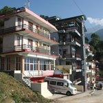 Vue extérieure de l'hotel avec ses nombreux balcons face à l'himalaya !!!!