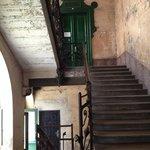 fachada da entrada, o hostel fica no último andar