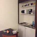 Le coin cuisine : deux plaques chauffantes avec minuteur, petit réfrigérateur (non nettoyé à mon