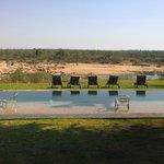 Swimmingpool und River