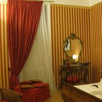 Room Fellini. Curtains, wallpapers and mirror La Dolce Vita style