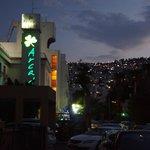 widok w nocy od ulicy