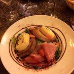 Salade de crottin de chèvre chaud et fleur de jambon de pays