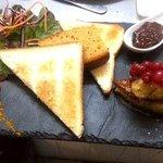 Escalopes de foie fras de canard poêlées, chutney de figues et duo de pain sucré-salé