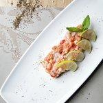 Ταρταρ από φρέσκα ψάρια ημέρας με πιπεριές τσίλι,βασιλικό και λάιμ