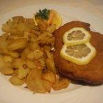 Schnitzes mit Bratkartoffeln.