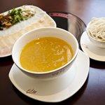 Guo Qiao Mi Xian: Sopa de fideos de arroz acompañado de una completísima guarnición