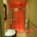 照明が何色にも変化するバスルーム