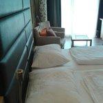 letto comodissimo e ampia camera con balcone