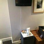 Mini bar directamente en el suelo, TV en la pared