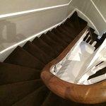 escalera del 3er al 4º piso: no lleve maletas consigo!
