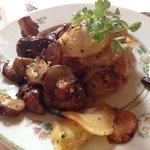 Cèpes et pommes de terre en accompagnement du plat, délicieux
