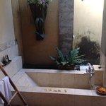 Baño de la habitación con ducha y bañera