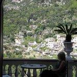 Vista increíble a Positano desde la habitación. La misma cuenta con balcón privado.