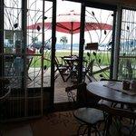 Ambiente do café com deck para a beira mar do estreito