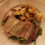 Tagliata di chianina con rucola, grana e patate