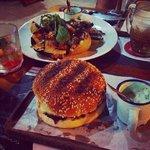 hamburguesa argentina: hamburguer na parrila c queijo provolone, tomate c azeite de alecrim e ce