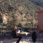 ma fille sur la terrasse au soleil face aux montagnes