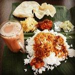 Nasi kari dengan 3 jenis sayuran dan teh malaysia..