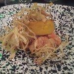 Dadolata di salmone sormontata da flan di zucca e fili di porro croccanti