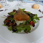 Salade de brandade de morue, samossa de boudin noir, râpée de pomme de terre