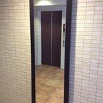 エレベータ前に鏡も嬉しい