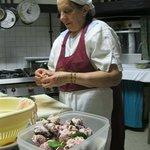 La signora Orsolina prepara i fegatelli.