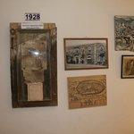 Стены в коридорах украшены фотографиями отеля разных лет