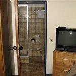 Zicht op de badkamer (eenpersoonskamer).