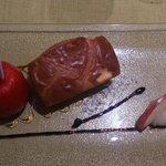 Foie gras  de canard en pomme d'amour au coing, réduction pomme et balsamique, pain Mollet.