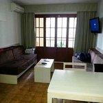Wohnzimmer mit LCD-TV und Balkonzugang