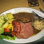 Wieninger Teller (Schweinsbraten, Kesselfleisch, Kraut, Knödel, Kartoffeln)