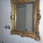 Particolare dello specchio dove al di sotto è posizionato un lavandino abbastanza grande