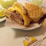 sanduíche de pernil, queijo e abacaxi