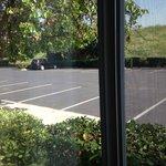 Vista desde la habitacion al estacionamiento y autopista 237