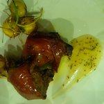 Cochinillo confitado y asado con fondo de estragón y mostaza con manzanitas caramelizadas