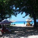 Caminho para praia na base do The Dive Shop Ltd