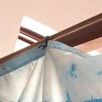 cortina de baño amarrada con alambres electricos