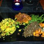 Miglio con ragù di tempè, seitan alla veneziana con fagiolini, lenticchie e carote