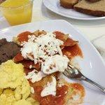 El desayuno es buffet, fruta, cereales, yoghurt, pan, café, jugo, huevo, chilaquiles, salchichas