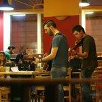 Музыканты в кафе при хостеле