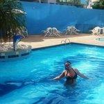 Minha cunhada na piscina do Hotel.