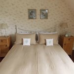 Kingsize bed in self-catering farm cottage