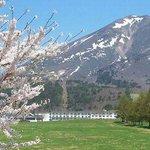 春の景観、残雪の磐梯山と牧場の桜