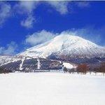 冬の磐梯山とスキー場