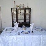 Comedor adornado con los muebles originales de la casa. Ofertamos desayunos y cenas.