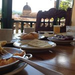 Desayuno santandereano desde el comedor del hotel.