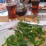 Pizza stracchino e cotto con peroni rossa gran riserva