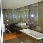 Вид с номера в ванную комнату за стеклом