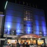 façade de nuit avec entrée principale face au marché